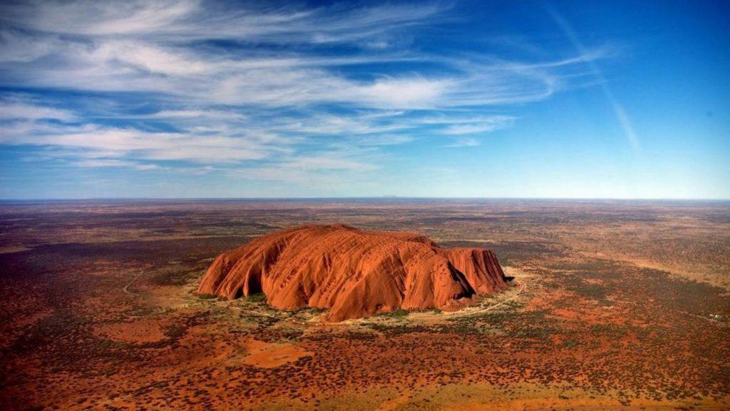 no-solo-hay-atascos-en-el-everest-el-monte-sagrado-de-australia-colapsado-por-turistas